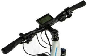 Велокомпьютер, установленный на руле